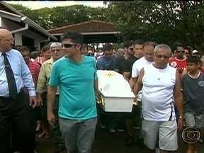Corpo de menino desaparecido no interior de São Paulo é enterrado - Em São João da Barra, foi enterrado na tarde desta segunda-feira (11) o corpo de Joaquim Ponte Marques. A mãe do menino e o padrasto estão presos temporariamente.