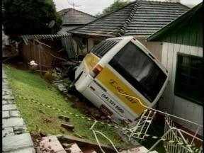 Ônibus escolar desgovernado invade casas em Erechim, RS - O acidente não teve feridos.