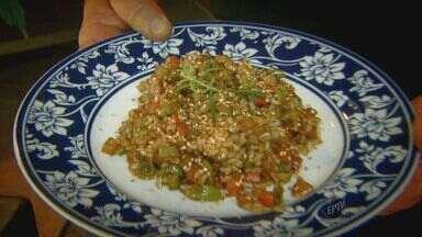 'Prato Feito' ensina receita de arroz integral com legumes - Fernando Kassab prepara uma deliciosa receita de arroz integral com legumes e gergelim.