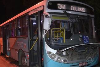 Motorista de ônibus ao perceber que seria assaltado toma atitude inusitada - O motorista parou o transporte coletivo alegando que o mesmo estava quebrado.