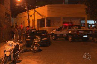 Homem assassinado com dez tiros em Campina Grande - Não se sabe de onde partiram os disparos, mas a polícia suspeita que o homem era um estuprador porque foi reconhecido por uma mulher que teria sido vítima dele.