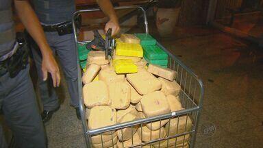Operação apreende 300 quilos de pasta base de cocaína em Campinas - A operação da Polícia Federal em conjunto com a Força Tática da Polícia Militar apreendeu a droga e ainda diversas caixas de aparelhos de TV a cabo. Três pessoas foram presas e uma conseguiu fugir.