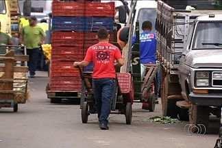 PRF flagra crianças trabalhando na Central de Abastecimento de Goiás - O trabalho infantil é proíbido por lei e por isso a Ceasa e poderá ser multada.