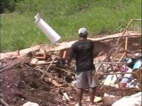 Moradores são flagrados jogando lixo em lugar irregular em Umuarama - O terreno fica no bairro Laranjeiras. Sujeira, mau cheiro e fumaça incomodam os moradores.