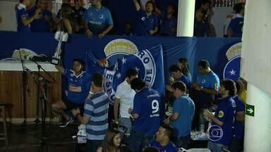 De longe, cruzeirenses fazem festa pelo título - Enquanto o time festejava em Salvador, torcida comemorava em BH