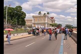 Professores grevistas interditam avenida Almirante Barroso em Belém - Ato é em frente ao Tribunal de Justiça do Estado. Trânsito está parado no sentido Ananindeua-Centro.