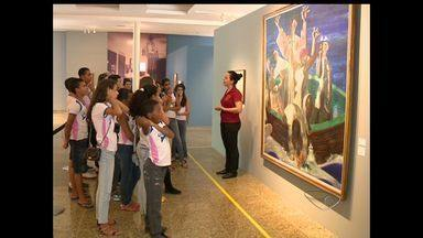 Alunos do Norte do ES, conhecem obras do pintor Cândido Portinari, em Vitória - Os alunos de uma escola de Sooretama, Norte do ES, conhecerem as obras do pintor famoso que dá nome ao local onde estudam