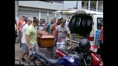 Corpo de fisiculturista encontrado morto em SP é enterrado no ES - Irmã do atleta fez traslado do corpo até a cidade de Castelo, Sul do estado.Segundo laudo médico, morte foi causada por uma parada cardíaca.