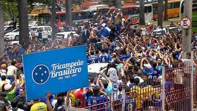 Jogadores campeões comemoram título com a torcida - Crizeiro é tricampeão brasileiro
