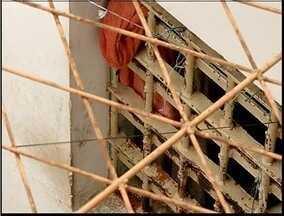 44 detentos de Ipanema são transferidos para Caratinga e Ponte Nova - Presos fizeram rebelião nesta quarta-feira contra superlotação. Cadeia está fechada até que tenha condições de receber detentos.