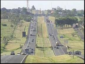 Em Araçatuba, rodovia terá fluxo de 350 mil carros no feriado prolongado - Com o feriado prolongado neste fim de semana, as polícias rodoviárias iniciam a partir das 14h desta quinta-feira (14) a Operação República nas estradas estaduais e federais do noroeste paulista.