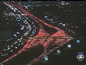 Motoristas enfrentam engarrafamento recorde em São Paulo - Mais de 300 quilômetros de congestionamento foram registrados na capital de São Paulo. As saídas da cidade seguem com fluxo intenso de veículos.