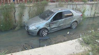 Carro cai em canal após perseguição policial na Zona Sul do Recife - De acordo com a PM, dois suspeitos estavam em um veículo roubado. Eles foram encaminhados à Delegacia de Prazeres, em Jaboatão.