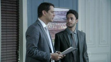Eron e Rafael suspeitam que Aline queira dar um golpe em César - O médico acaba concordando em fazer a procuração com plenos poderes para a esposa. Os advogados ficam desconfiados com tanta insistência
