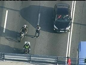 Homem se arrisca ao caminhar em pista da Avenida Brasil, no Rio - Um homem ficou circulando pelas pistas da estrada, no sentido centro, por pelo menos dez minutos. Ele foi detido por policiais militares depois de se arriscar entre motos, carros e ônibus.
