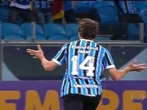 Grêmio reassume vice-liderança e Goiás segue em terceiro - O Grêmio marcou 2 a 1 contra o Flamengo e assumiu a vice-liderança do campeonato. O Goiás marcou 3 a 1 contra o Internacional e segue em terceiro. O campeão Cruzeiro empatou em 2 a 2 com a Ponte Preta.
