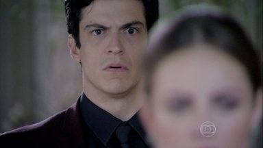 César revela que Félix tirou Paulinha dos braços de Paloma - Médico ainda conta que o filho jogou a menina em uma caçamba. Todos ficam chocados