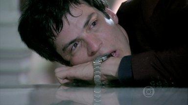 Amor à Vida - Capítulo de segunda-feira, dia 18/11/2013, na íntegra - César conta para a família que Félix roubou Paulinha de Paloma