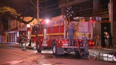 Incêndio destrói estoque de padaria, na Região Leste de Belo Horizonte - Fogo foi no segundo piso do comércio, segundo bombeiros. A estrutura do edifício não foi comprometida.