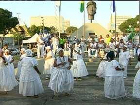 Festa pelo Dia da Consciência Negra acontece no Centro - A festa pelo Dia da Consciência Negra começou cedo perto do monumento em homenagem a Zumbi dos Palmares. O local abriga um baile a céu aberto.