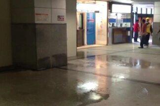 Vazamento de água no aeroporto de Salvador chama a atenção de quem estava no térreo - Segundo a Infraero, o vazamanto foi por causa de uma tubulação que partiu, e o problema já foi resolvido.
