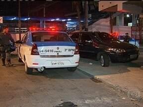 Tiroteio, perseguição e morte na zona norte do Rio - Três homens e um adolescente praticavam assaltos na região do Méier. Quando a polícia chegou, os criminosos tentaram fugir num carro roubado. Houve perseguição e troca de tiros. Um homem morreu.