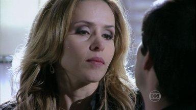Félix decide ir para a casa de Glauce - Mas a médica se recusa a ajudá-lo com medo que descubram seus segredos