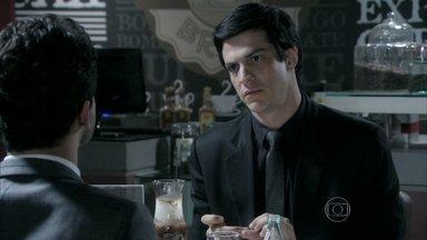 Félix pede ajuda de Rafael para tirar Anjinho da cadeia - Ele diz que gosta muito do rapaz