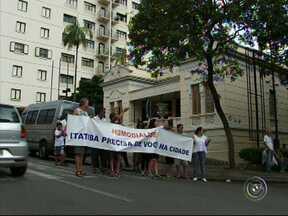 Protesto em Itatiba reclama do fechamento das clínicas de hemodiálise - Um protesto em Itatiba (SP) reclama das clínicas de hemodiálise que estão fechadas na cidade. Os pacientes precisam viajar 40 quilômetros para se tratar.