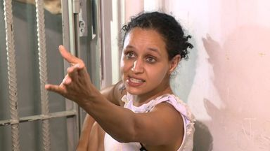Casal é preso após amarrar família dentro de despensa na Serra, ES - Entre os reféns estavam uma idosa, de 84 anos, e uma criança, de dois.Com a chegada da polícia, casal fingiu ser dono da residência.