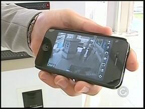 """'Flagrante eletrônico' usa tecnologia de celular para monitorar casas e empresas - Imagine vigiar sua casa ou a sua empresa pelo celular? Pois é, essa tecnologia já existe as imagens podem ser monitoradas, ao vivo, pela internet. O """"flagrante eletrônico"""" tem ajudado a polícia a identificar e prender os criminosos."""