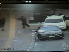 Câmeras de segurança registram assalto a um banco em Foz do Iguaçu (PR) - Os bandidos desceram do carro e começaram a atirar na agência com fuzis e pistolas. Uma pessoa levou um tiro de raspão e duas ficaram feridas por causa dos estilhaços da porta de vidro. Os bandidos saíram com malotes de dinheiro.