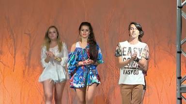 Estudantes de faculdade em Juiz de Fora realizam desfile de moda - Evento foi produzido por alunos e professores e exigiu qualificação dos profissionais.