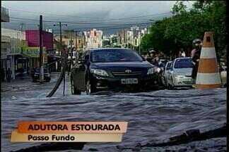 Adutora de distribuição de água tratada estoura e alaga avenida, em Passo Fundo, RS - A guarda de trânsito realizou o desvio dos carros.