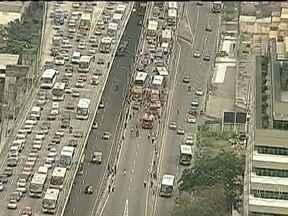 Acidente para o trânsito na Ponte Rio-Niterói - Três ônibus e dois carros bateram na rampa de descida para a rodoviária. Com a pista fechada, muitos passageiros resolveram sair dos coletivos e caminharam pelo meio da rua