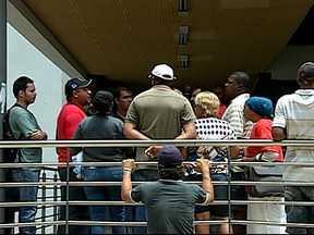 Audiência termina com protesto de movimentos sociais em Uberlândia - Manifestantes tentaram impedir que a imprensa filmasse o protesto. Grupos querem suspensão das reintegrações de posse e fim de inquéritos.