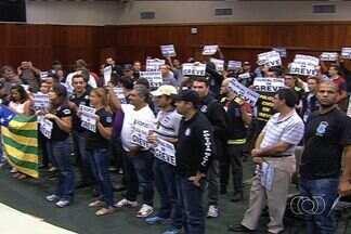 TJ-GO muda estratégia para notificar policiais em greve sobre reintegração de posse - O Tribunal de Justiça de Goiás mudou a estratégia para tentar cumprir a reintegração de posse na Assembleia Legislativa. O local segue ocupado por policiais civis em greve.