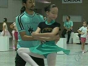 Alunos de 25 escolas municipais apresentam espetáculo de balé Quebra-Nozes em Guarapuava - A apresentação começa às oito da noite desta sexta-feira no Pahy Centro de Eventos. No sábado também haverá apresentação no mesmo horário. A entrada é de graça.