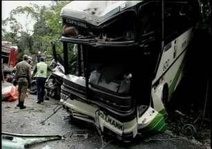 Colisão frontal causa acidente entre ônibus e carro em Botuverá - Colisão frontal causa acidente entre ônibus e carro em Botuverá.