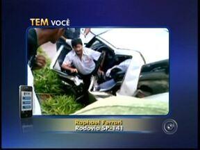 Três pessoas ficam feridas em acidente na SP-141 em Tatuí - Acidente deixa três pessoas feridas na rodovia SP-141, Laurindo Dias Minhoto em Tatuí. O telespectador Rafael Ferrari, que estava no local, enviou um vídeo pelo aplicativo Tem Você. As imagens mostram o resgate das vítimas.