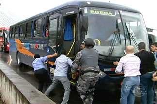 Tropa de choque é chamada para liberar Marginal Tietê após protesto perto da Estaiadinha - Moradores da favela atingida por um incêndio na semana passada fazem um protesto por moradia. Eles invadiram ônibus e deixaram os veículos atravessados na avenida. A PM disse que cerca de 100 pessoas participam do protesto.