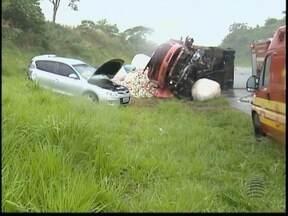Nove pessoas ficam feridas em acidente na Rodovia Assis Chateaubriand - Colisão envolveu quatro veículos no trecho de Indiana, na tarde desta sexta-feira (22).