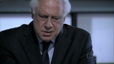 César é humilhado na reunião - Paloma defende o pai, mas o relatório é bem claro. O médico afirma iria devolver o dinheiro, mas Félix coloca o pai contra a parede. César retira a candidatura à presidência