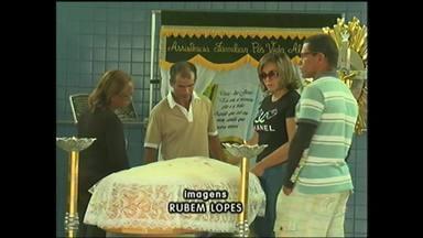 Jovem encontrada morta em Pernambuco foi enterrada hoje em Arapiraca - Foi enterrado hoje o corpo da filha de um empresário de Arapiraca, que foi encontrada morta em Pernambuco.