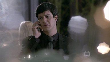 Félix implora para que Pilar pague sua conta no restaurante - Depois de se refestelar em um restaurante chique, Félix fica sem dinheiro para pagar a conta e decide recorrer à mãe. Pilar manda Maciel ir ao local fazer o pagamento