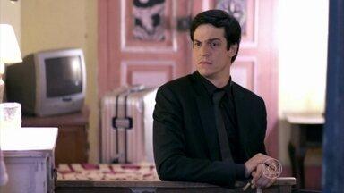 Félix se hospeda em hotel modesto - Maciel conta a Félix que Pilar jogou fora o celular para não falar mais com ele. Félix reclama de sua situação financeira e o motorista decide levá-lo para se hospedar em um hotel simples e barato