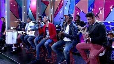 Grupo Tá na Mente canta a música 'Fica' - Eles animaram a galera!
