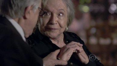 Bernarda aceita se casar com Lutero - Lutero comenta com Pilar que duvida do caráter de Jacques. César se queixa do comportamento de Paloma