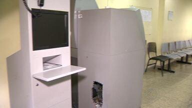 Caixa eletrônico é arrombado dentro da sede do Procon em Juiz de Fora - Criminosos renderam vigia do local e usaram clorofórmio para desacordá-lo.Valor levado pelos suspeitos ainda não foi contabilizado, diz PM.