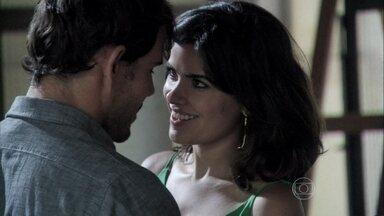 Aline trai César com Ninho - Ela vai até o galpão do artista, onde os dois acabam se agarrando